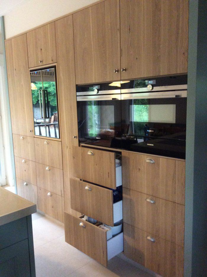 Hierbij een volledige renovatie van keuken met veel ingewerkte laden.