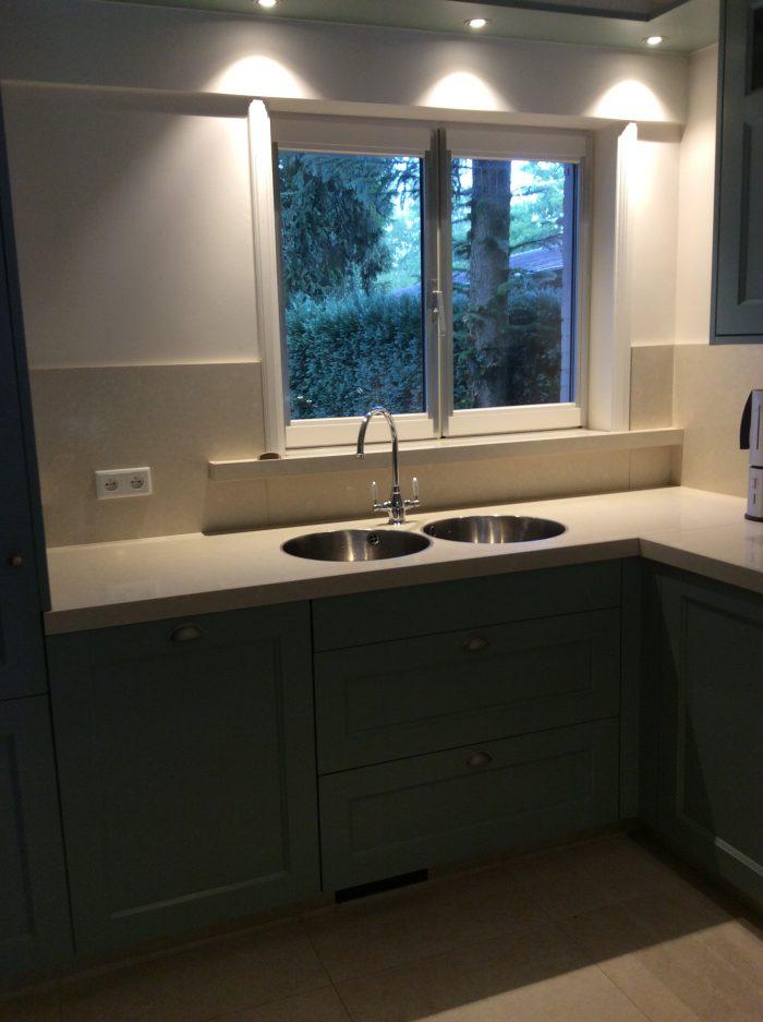 Keuken zelf gespoten in eigen atelier naar eigen keuze klant.